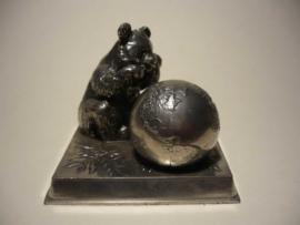 Beeldje, van een pandabeer en wereldbol