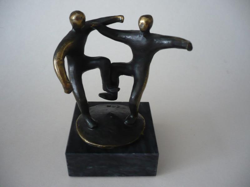 Beeldje, twee dansende mensen, figuren, monogram CAN