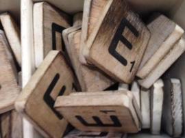 Houten scrabble letter E