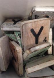 Houten scrabble letter Y