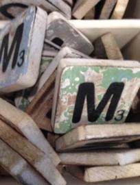 Houten scrabble letter M