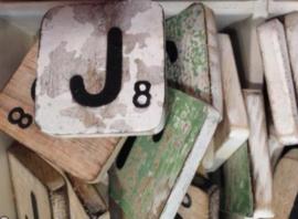 Houten scrabble letter J