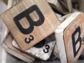 Houten scrabble letter B