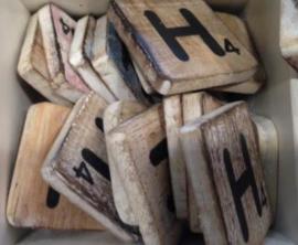 Houten scrabble letter H