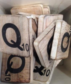 Houten scrabble letter Q