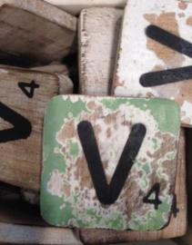 Houten scrabble letter V