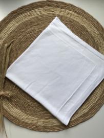 Prachtig gebreide deken met een mooi motief in het wit.
