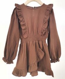 Prachtig uitgewerkt jurkje in de kleur roest.