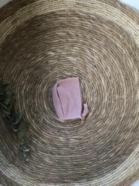 Prachtig fijn gebreid bonnet mutsje van Mac Ilusion in het oudroze.