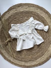 Prachtige uitgewerkte blouse met strik in het creme.