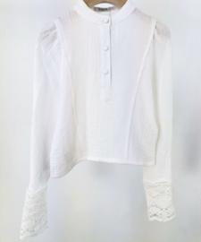 Prachtig uitgewerkt blouse/truitje met kant in het offwhite.