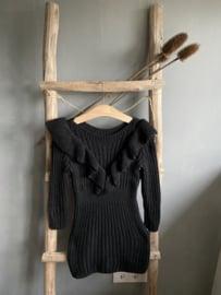 Mooie gebreide jurkjes met roesel op de voorkant in het zwart.