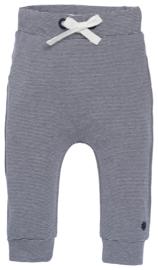 Fijn Noppies broekje donkerblauw met wit gestreept.