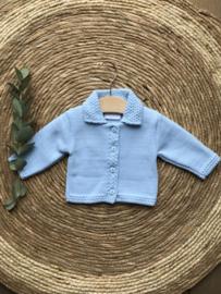 Prachtig babyblauw gebreid vestje .