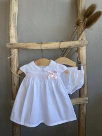 Prachtige katoenen jurk van Dr Kid in het wit met roze details.