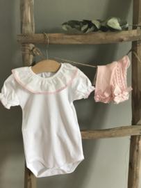 Prachtige wit met roze romper met korte mouw.
