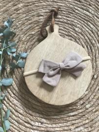 Prachtige haarband met katoenen strik in de kleur Taupe.