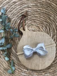 Prachtige haarband met een zilveren leren strik.
