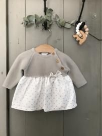 Prachtig jurkje met een gebreid bovenlijfje in het grijs.