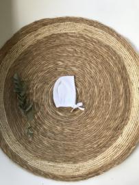 Prachtig fijn gebreid bonnet mutsje van Mac Ilusion in het wit.