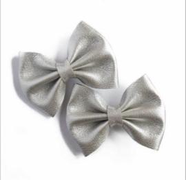 Prachtige leren haarstrikjes in het zilver.