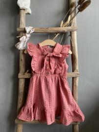 Mooie uitgewerkte jurk van broderie in het oudroze.