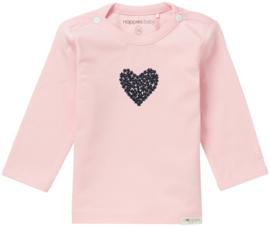 Fijn Noppies shirtje roze met donkerblauw hartje.