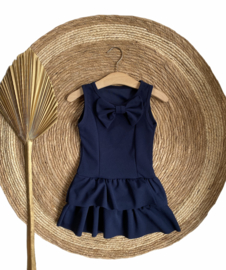 Mooi donkerblauw mouwloos jurkje met een strik.