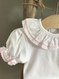 Prachtige wit met roze romper met korte mouw .