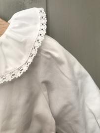 Prachtige uitgewerkte romper/blouse met mooie kraag en mouwtjes in het wit.