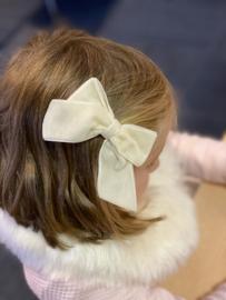 Prachtige haarstrik in het offwhite van velours.