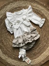Prachtige uitgewerkte blouse/tuniek in het Offwhite met strik.