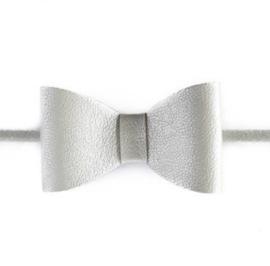 Prachtige haarband met een zilverkleurige strik.