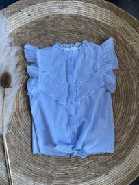Mooie uitgewerkte top/blouse met broderie in het lichtblauw.
