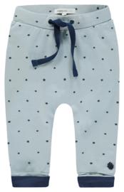 Fijn Noppies broekje lichtblauw met een blauw sterretje.