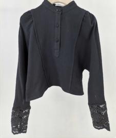 Prachtig uitgewerkt blouse/truitje in het zwart.