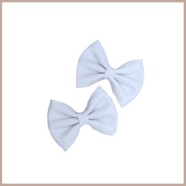 Prachtige leren haarstrikjes in het wit.