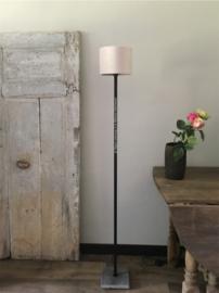 Smeedijzeren vloerlamp, vierkant met stenen voet