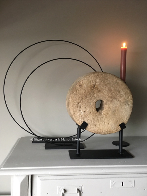 Metalen ornament /ring op voet, 50 cm.