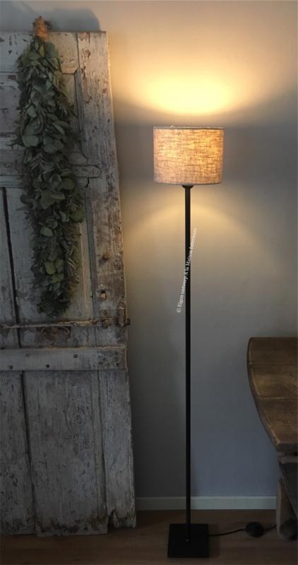 Smeedijzeren vloerlamp, rond, met vierkante voet.