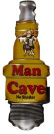 Man Cave No Shielas. Metalen wandbord 50 x 20 cm.