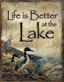 Live is Better at the Lake.  Metalen wandbord 31,5 x 40,5 cm.