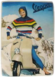 Vespa in de sneeuw 1955 Metalen Postcard 15 x 21 cm