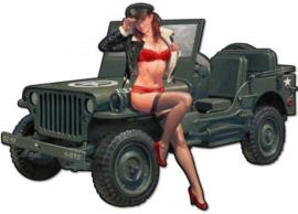 Pin-up Girl zittend op een jeep.  Metalen wandbord 40 x 28 cm.