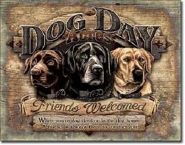Dog Day AcresMetalen wandbord 31,5 x 40,5 cm.