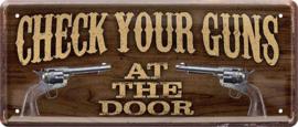 Check Your Guns At The Door. Metalen wandbord 12 x 28 cm.