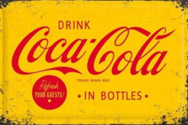 Drink Coca Cola In Bottles 20 x 30 cm. Metalen wandbord in reliëf 20 x 30 cm.