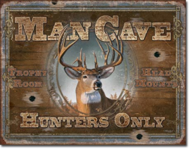 ManCave Hunters Only Metalen wandbord 31,5 x 40,5 cm.