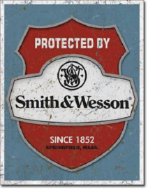 Smith & Wesson Protected By  Metalen wandbord 31,5 x 40,5 cm.
