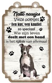 American Staffordshire Terrier. Houten tekst bordje met hond 20 x 12 cm.